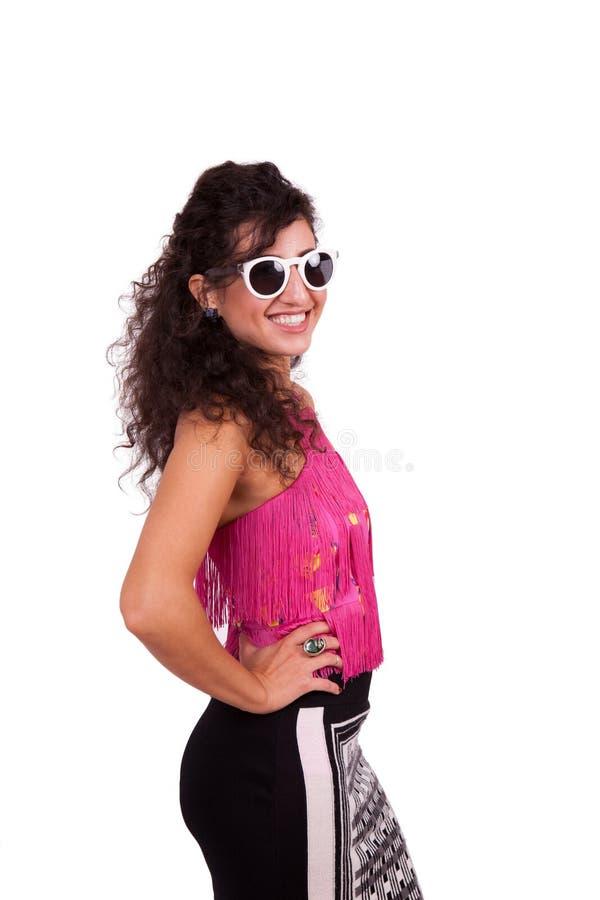 Óculos de sol vestindo e levantamento da jovem mulher feliz imagem de stock