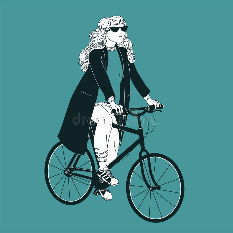 Óculos de sol vestindo, revestimento e sapatilhas da mulher de cabelos compridos nova montando a bicicleta Menina vestida na roup ilustração stock