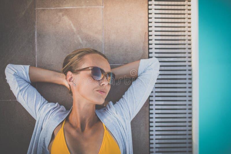 Óculos de sol vestindo Suntanned bonitos novos da mulher fotografia de stock royalty free