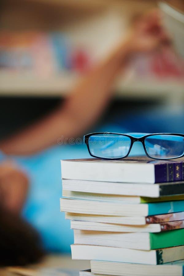 Óculos Nos Livros fotografia de stock