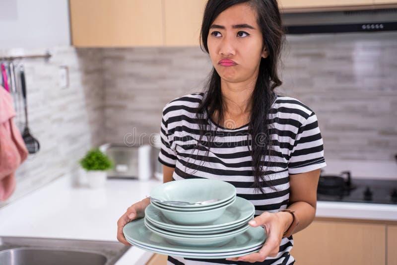 Ódio da mulher para lavar o prato fotos de stock royalty free