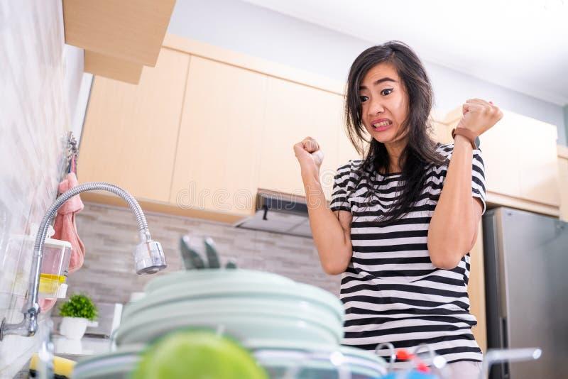 Ódio da mulher para lavar o prato imagem de stock royalty free