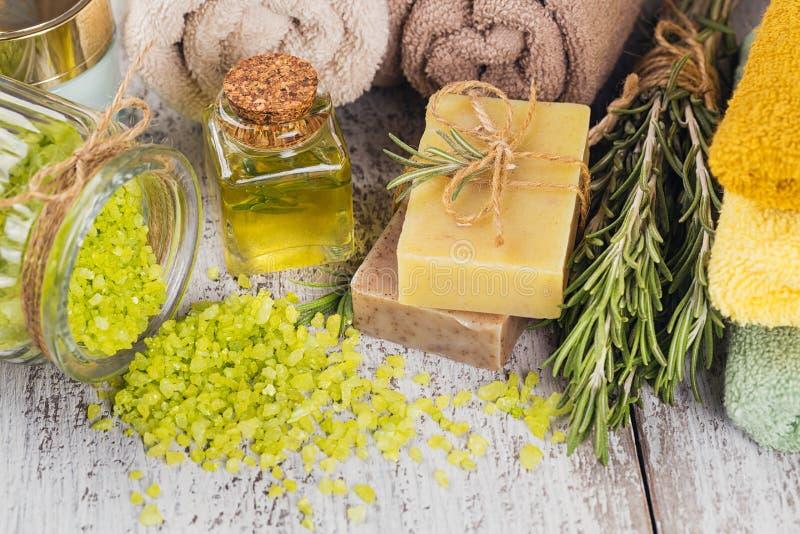 Óleo cosmético natural e sabão feito a mão natural com alecrins sobre fotografia de stock royalty free