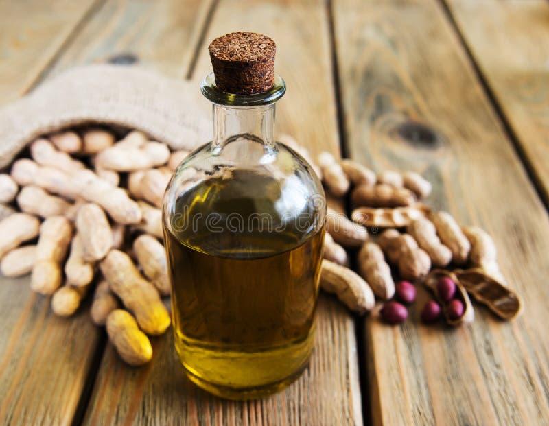 Óleo de amendoim em uma tabela fotografia de stock royalty free