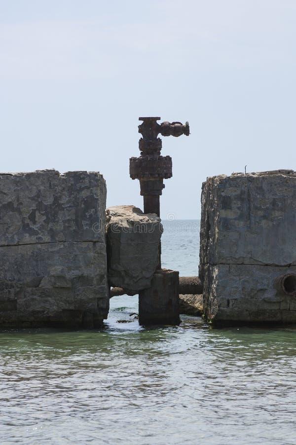 Óleo de bombeamento abandonado velho do terminal dos antigos campos petrolíferos Ind?stria petroleira equipment Azerba imagens de stock