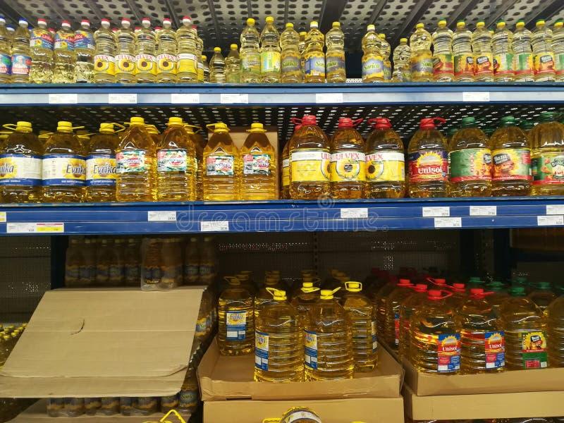 Óleo de girassol na loja foto de stock royalty free