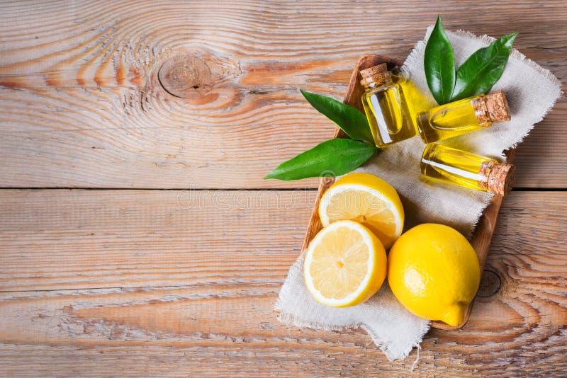 Óleo de limão essencial orgânico com folhas e fruto do verde fotos de stock