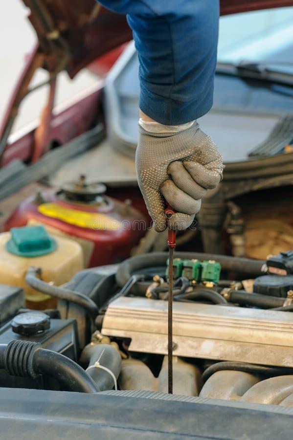 Óleo de motor que muda no carro com sistema de gás liquefeito do petróleo fotografia de stock