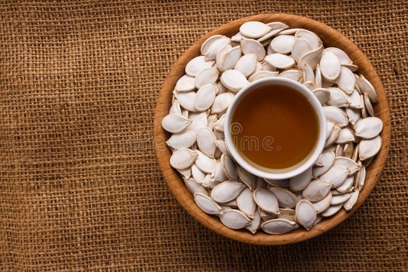Óleo de semente da abóbora em um fundo rústico imagens de stock royalty free