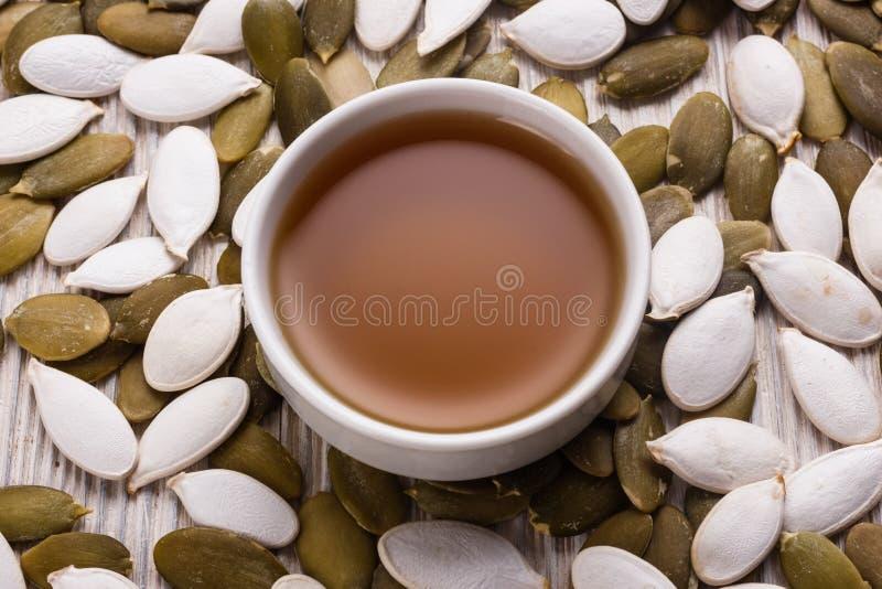 Óleo de semente da abóbora em um fundo rústico imagem de stock royalty free
