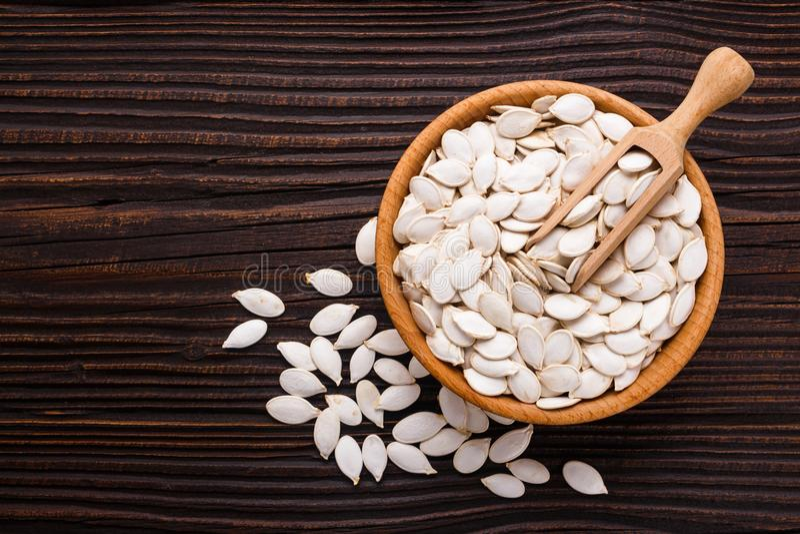 Óleo de semente da abóbora em um fundo rústico foto de stock royalty free