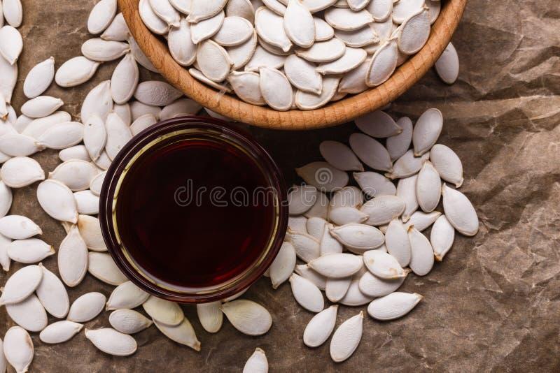 Óleo de semente da abóbora em um fundo rústico foto de stock
