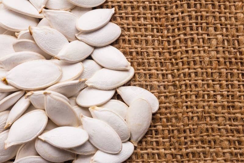 Óleo de semente da abóbora em um fundo rústico fotografia de stock