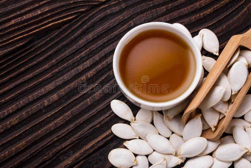 Óleo de semente da abóbora em um fundo rústico fotos de stock
