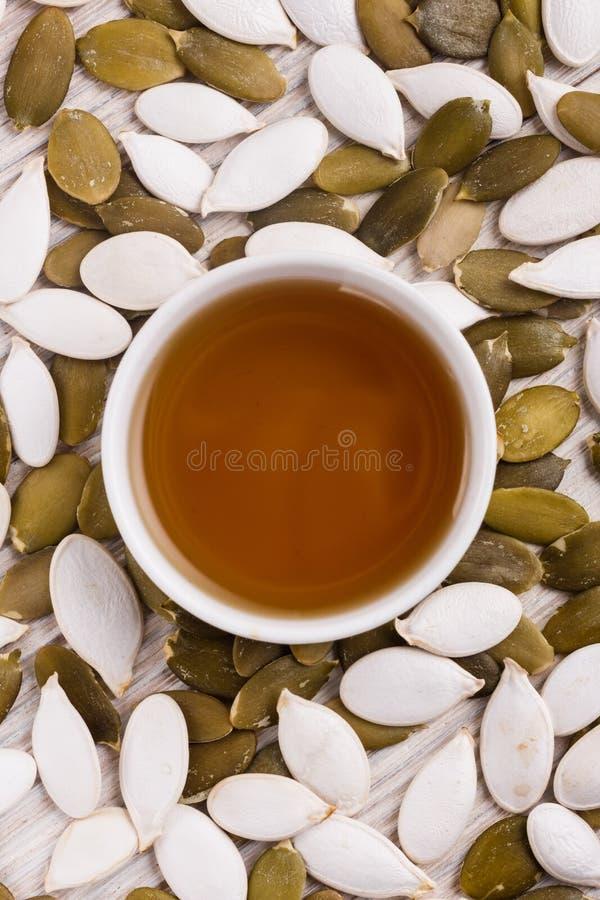 Óleo de semente da abóbora em um fundo rústico imagem de stock