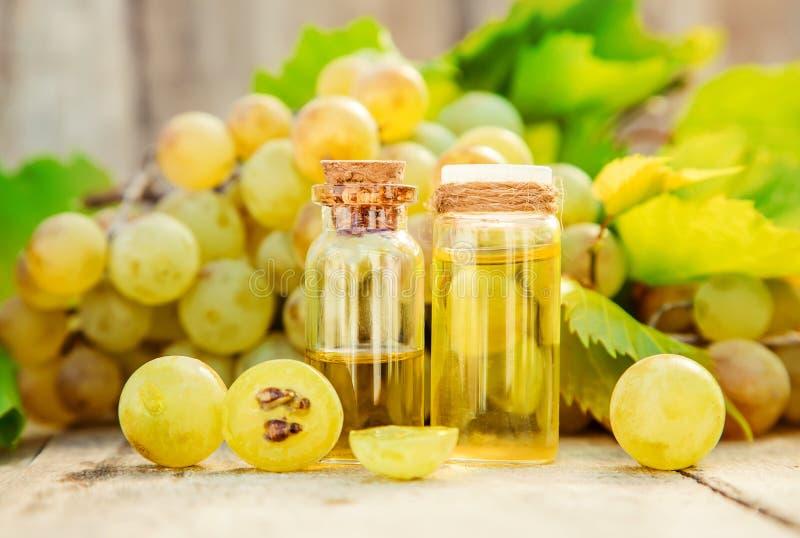 Óleo de semente da uva em um frasco pequeno Foco seletivo imagem de stock