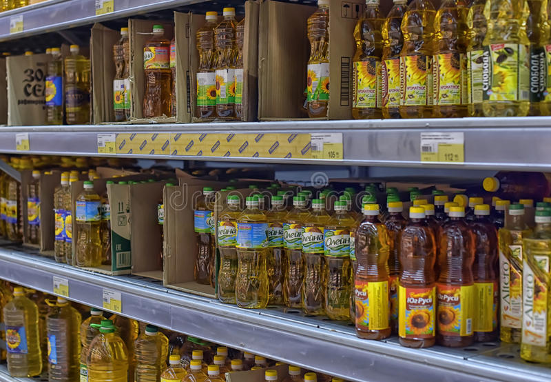 Óleo do girassol e o vegetal em prateleiras do supermercado fotos de stock royalty free