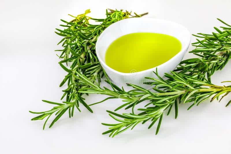 Óleo e extratos essenciais do verde dos alecrins imagens de stock