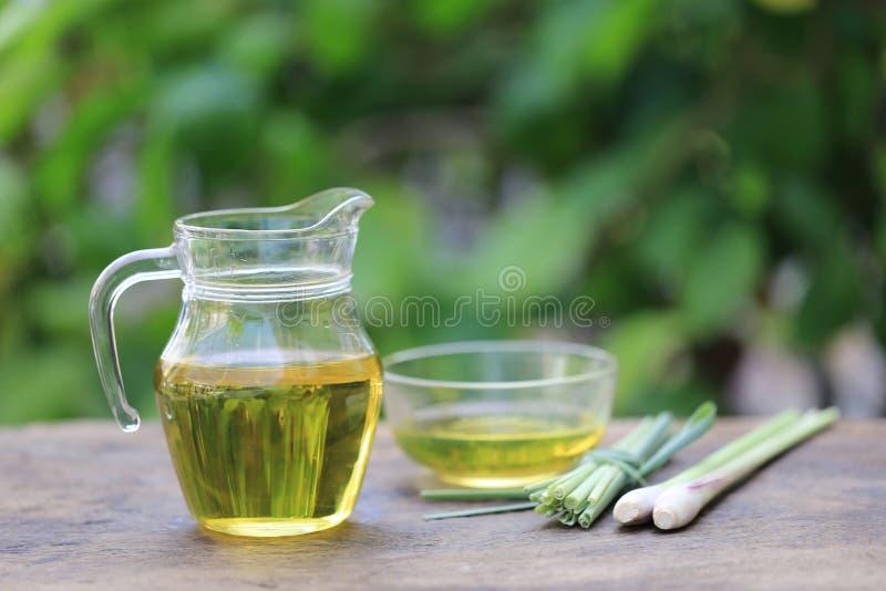 Óleo essencial do nardo nas garrafas de vidro no fundo verde natural fotografia de stock royalty free