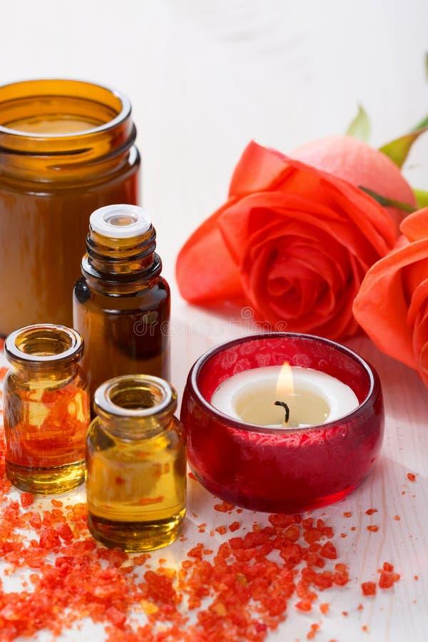 Óleo essencial, sais de banho minerais, vela e flores foto de stock