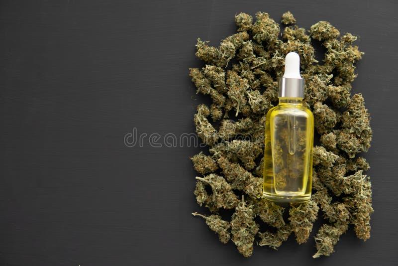 Óleo na pipeta, ÓLEO médico do cannabis de CBD, conceito da marijuana do cannabis, vista superior fotos de stock