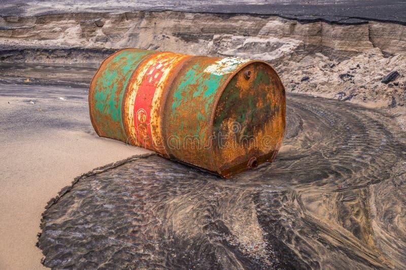 Óleo oxidado velho do tambor na praia fotografia de stock royalty free