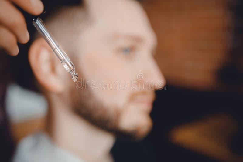 Óleo para a barba no conta-gotas, processo de hidratar o cabelo Assistência ao domicílio para o bigode imagens de stock royalty free