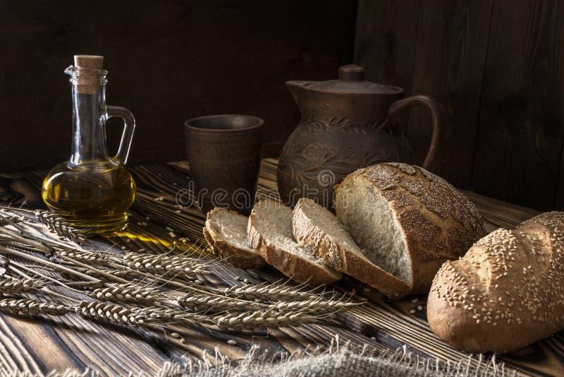Óleo vegetal e pão imagens de stock