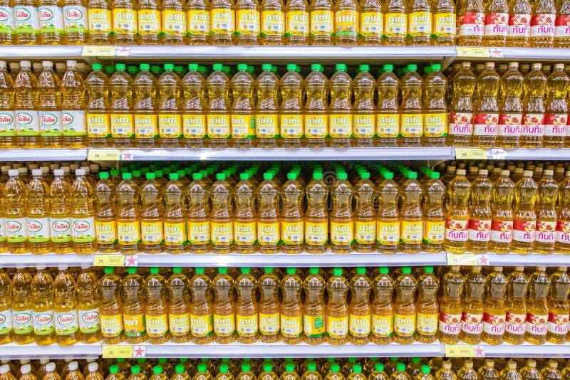 Óleo vegetal numeroso na garrafa plástica que coloca na prateleira em um supermercado de Teaco Lotus fotos de stock