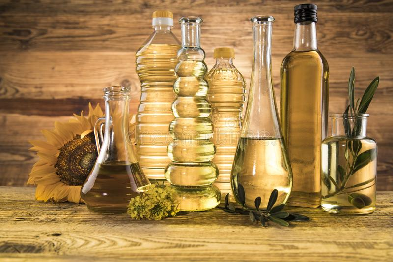 Óleos de cozinha em fundo de garrafa fotografia de stock royalty free