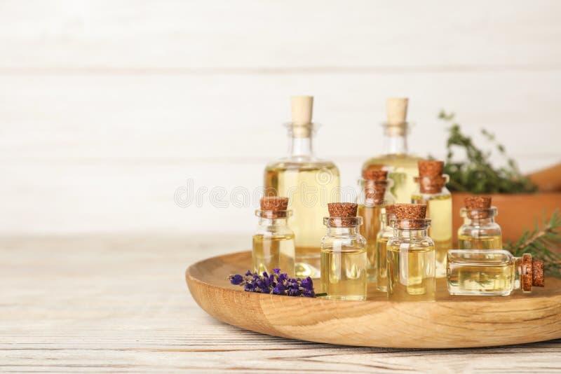 Óleos essenciais diferentes nas garrafas de vidro na tabela foto de stock royalty free