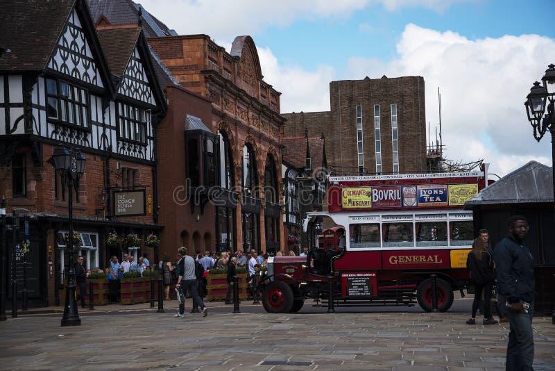 Ómnibus del guía turístico en Chester la ciudad del condado de Cheshire en Inglaterra imágenes de archivo libres de regalías