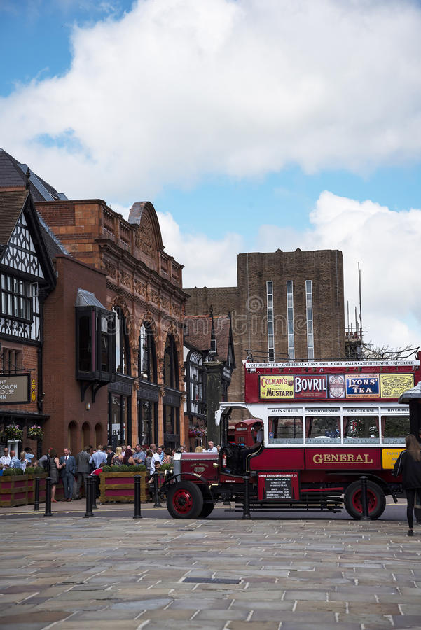 Ómnibus del guía turístico en Chester la ciudad del condado de Cheshire en Inglaterra imagen de archivo