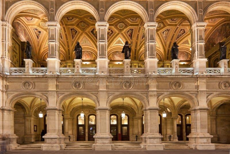 Ópera del estado de Viena en la noche fotos de archivo libres de regalías