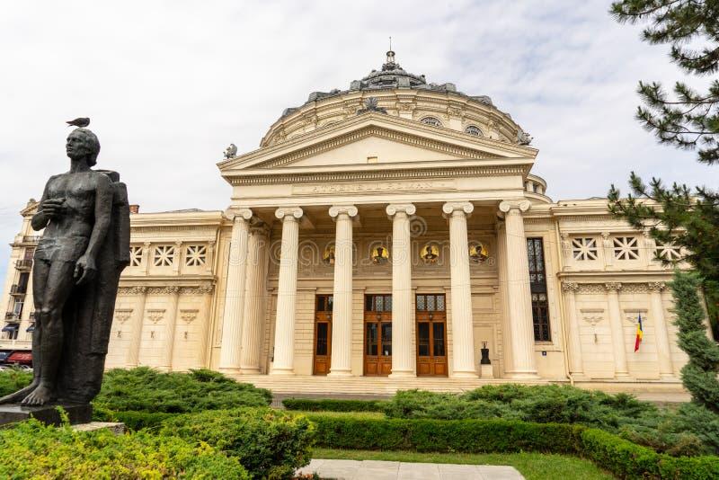 Ópera nacional y jardín de Bucarest imagenes de archivo