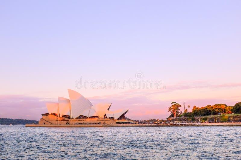 \'ÓPERA, SYDNEY, AUSTRÁLIA - DEZEMBRO DE 2016 : Vista da casa de ópera sydney no pôr do sol, céu azul I imagens de stock
