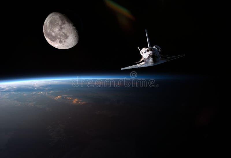 Órbita de la tierra y de la luna del planeta con la nave y el stronaut Los elementos de esta imagen suministraron por NASA f imagen de archivo libre de regalías