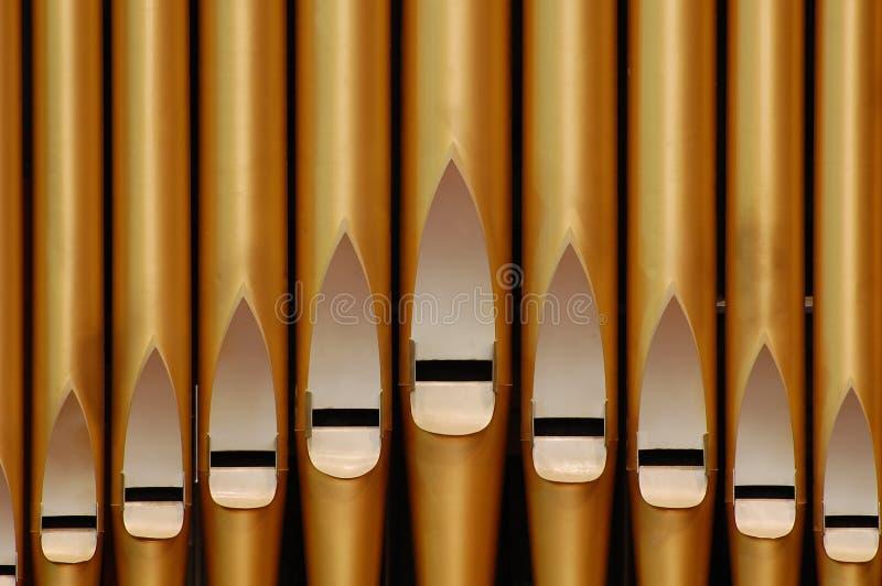 Órgão de tubulação dourado na igreja foto de stock
