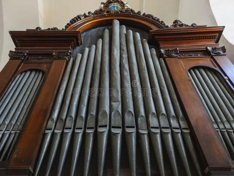 Órgão de tubulação histórico em uma igreja em cartagena fotografia de stock