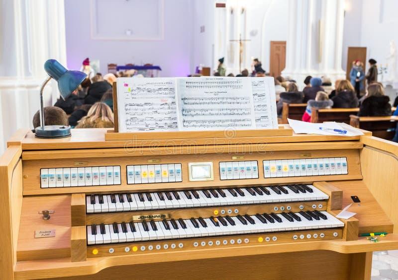 Órgão eletrônico no romano - a paróquia católica do sagrado ouve-se fotografia de stock royalty free