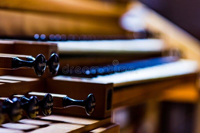 Órgano de madera en una iglesia austríaca con el registro y el teclado imágenes de archivo libres de regalías