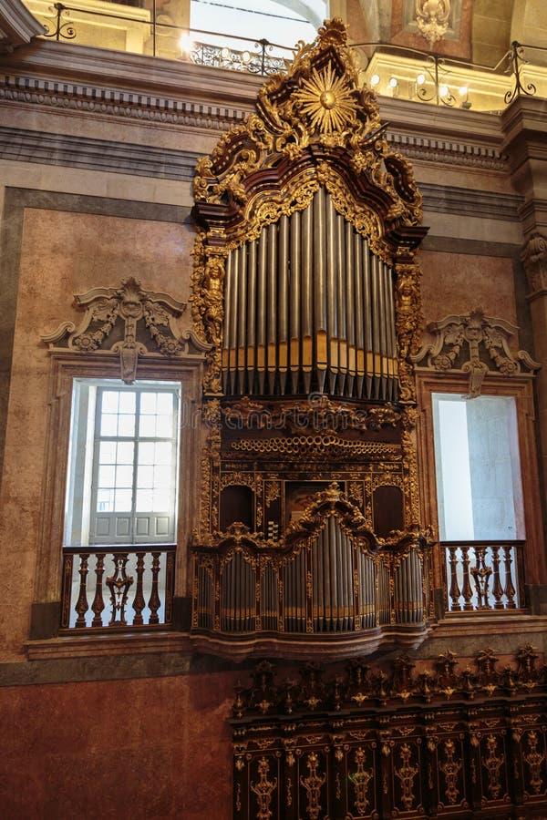 Órgano de oro histórico en la iglesia de Clerigos en Oporto, Portugal foto de archivo