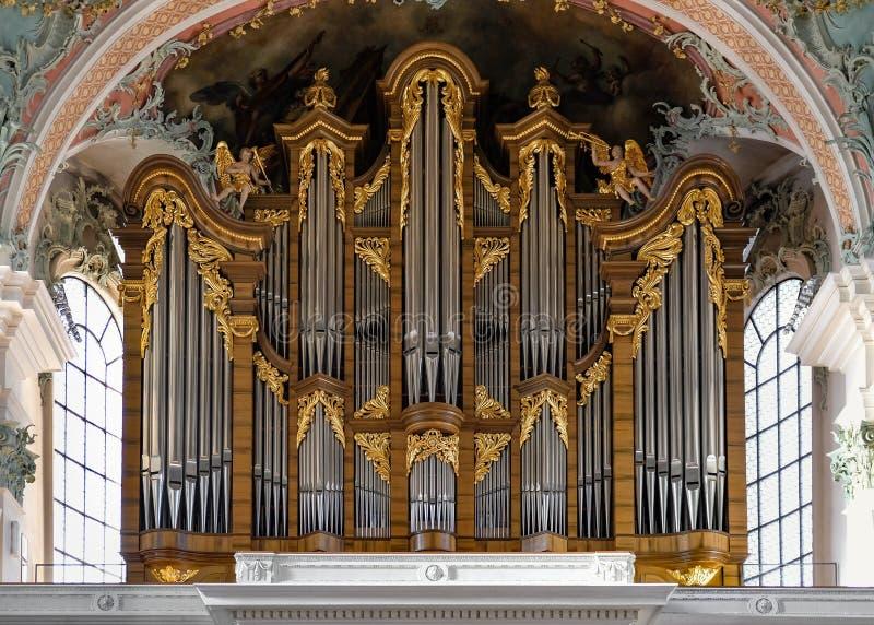 Órgano en una iglesia con los tubos de plata y los ornamentos de oro fotos de archivo libres de regalías