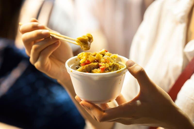 Órganos al curry en un pote, comida de la calle de Hong Kong imagenes de archivo