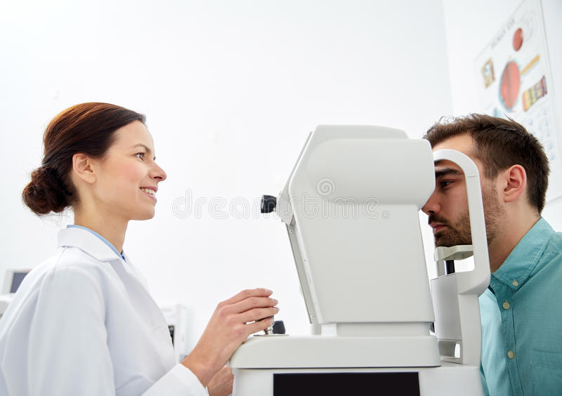 Ótico com tonometer e paciente na clínica de olho fotografia de stock