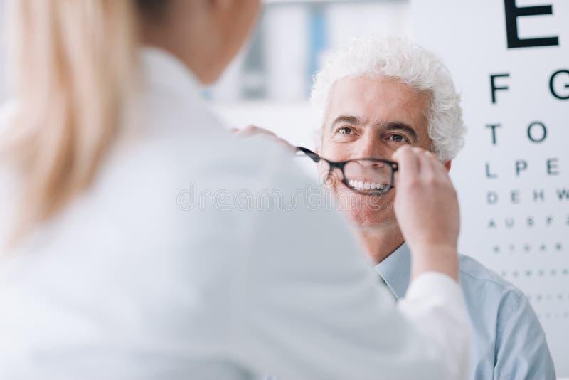 Ótico que dá vidros novos ao paciente foto de stock royalty free