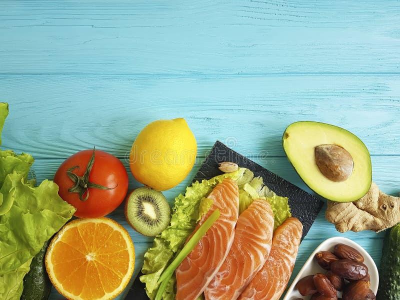 Ômega vermelha 3 dos peixes, variedade nuts em de madeira azul, alimento saudável do abacate fresco da composição foto de stock royalty free