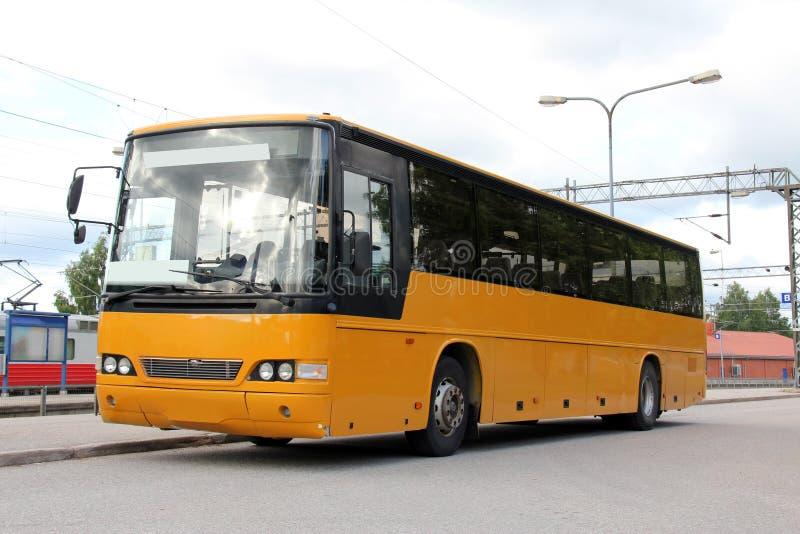 Ônibus amarelo na estação de trem imagens de stock royalty free