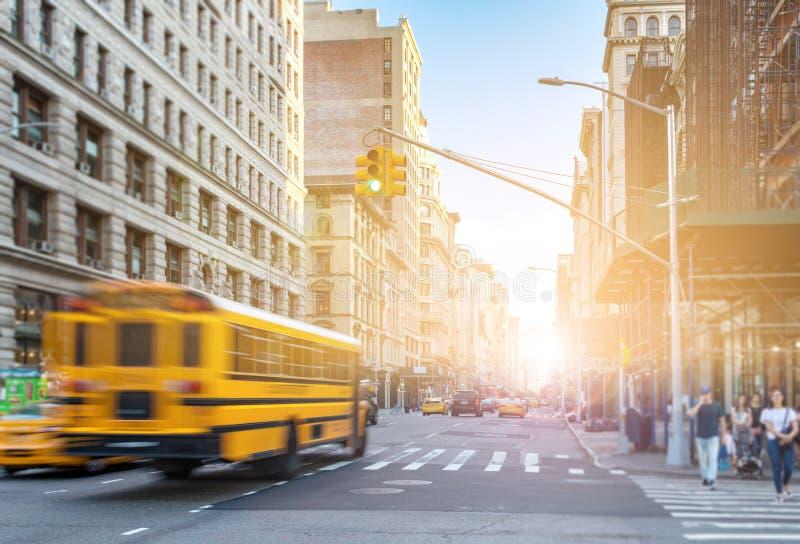 Ônibus amarelo que conduz para baixo Fifth Avenue rápido em Manhattan New York City fotos de stock royalty free