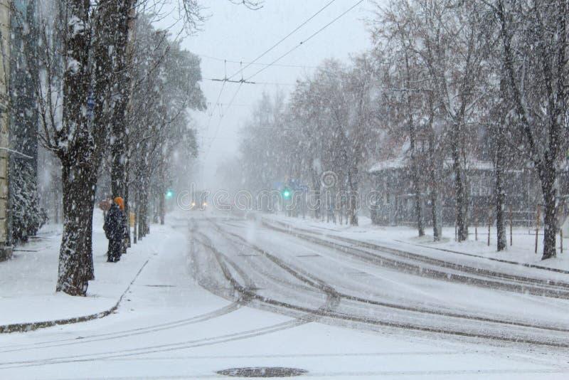 Ônibus bonde de espera em dezembro Vilnius da mulher imagem de stock